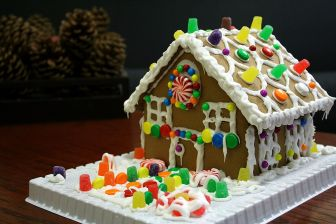 1200px-Gingerbread_house_with_gumdrops